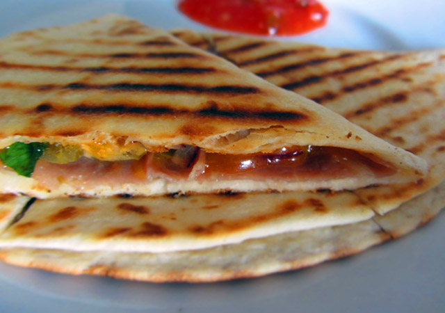 Quesadilla z szynką parmeńską, serem cheddar, papryką, cebulą i kolendrą