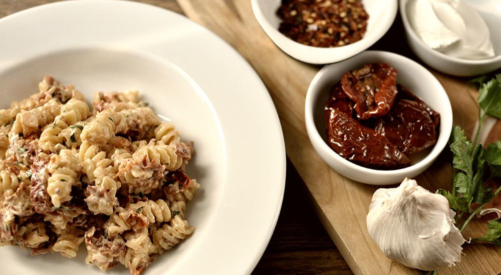 Makaron z suszonymi pomidorami, szynką parmeńską i mascarpone - Podróże ze smakiem